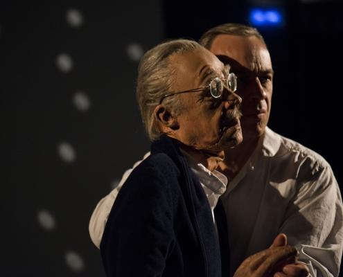 Thomas Bammer spielt mit einer Puppe das Vater-Sohn-Duett.
